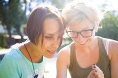 2 девушки имея потеху в парке Стоковые Изображения RF