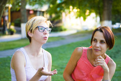 2 девушки имея потеху в парке Стоковые Фото