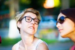 2 девушки имея потеху в парке Стоковая Фотография RF