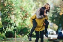 2 девушки имея потеху в парке Стоковое Фото