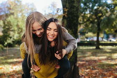2 девушки имея потеху в парке Стоковое фото RF