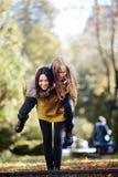 2 девушки имея потеху в парке Стоковые Изображения
