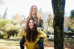 2 девушки имея потеху в парке Стоковая Фотография