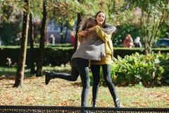 2 девушки имея потеху в парке Стоковое Изображение RF