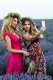 2 девушки имея потеху в поле лаванды Стоковое фото RF