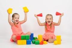 2 девушки имея потеху играя с блоками Стоковое Изображение RF