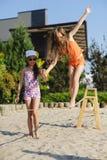 2 девушки имея потеху на слинге Стоковые Фотографии RF
