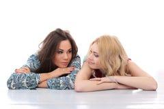 2 девушки имея представлять совместно Стоковые Изображения RF