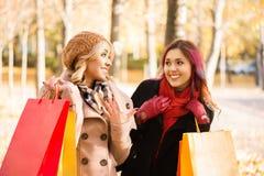 2 девушки имея приятную беседу в парке Стоковое Изображение RF