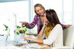 2 девушки используют компьютер Стоковое Фото