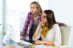 2 девушки используют компьютер Стоковые Фотографии RF