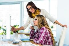 2 девушки используют компьютер Стоковое Изображение RF