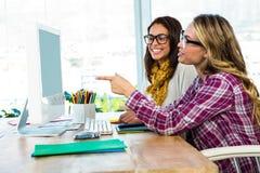 2 девушки используют компьютер Стоковое Изображение