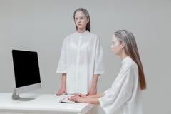 2 девушки используя компьютер, ПК Стоковая Фотография RF