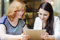 2 девушки используя планшет Стоковые Изображения RF