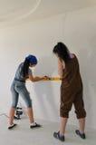 2 девушки используя уровень духа Стоковые Изображения