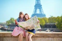 2 девушки ища направление в Париже Стоковое Фото
