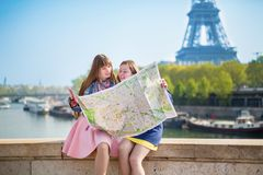 2 девушки ища направление в Париже Стоковое фото RF