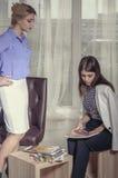 2 девушки ищут решение и рисуют эскизы Стоковые Изображения RF