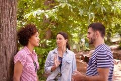 2 девушки и беседовать парня Стоковая Фотография RF