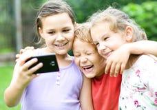 2 девушки и мальчик держа сторону в неверии Стоковое фото RF