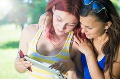 2 девушки и таблетки Стоковая Фотография RF