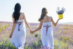 2 девушки идут в поле лаванды Стоковая Фотография