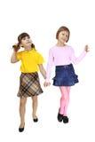 2 девушки идут совместно рука об руку Стоковое Изображение