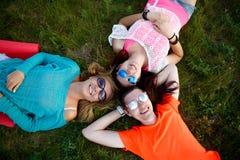 2 девушки и человек в солнечных очках Стоковое фото RF