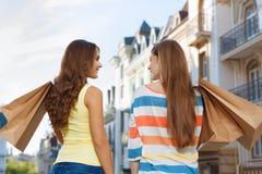 2 девушки идя в город во время покупок Стоковое Изображение RF