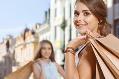 2 девушки идя в город во время покупок Стоковые Изображения