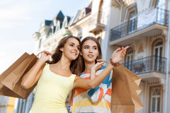 2 девушки идя в город во время покупок Стоковые Изображения RF