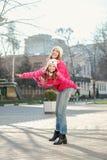 2 девушки идя в город Стоковые Изображения