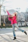 2 девушки идя в город Стоковое фото RF
