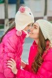 2 девушки идя в город Стоковое Фото