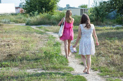 2 девушки идя в природу Стоковые Изображения RF