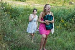 2 девушки идя в природу Стоковое Изображение