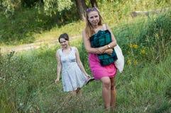 2 девушки идя в природу Стоковые Фото