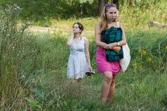 2 девушки идя в природу Стоковая Фотография