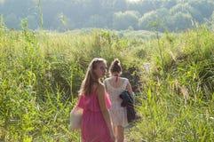 2 девушки идя в природу Стоковое фото RF