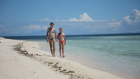 2 девушки идя на тропический пляж сток-видео