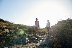 2 девушки идя скалистая тропа Стоковые Фото