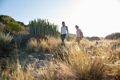 2 девушки идя скалистый горный склон Стоковая Фотография