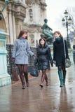 3 девушки идя совместно в Париж Стоковое Изображение RF
