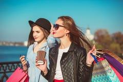 2 девушки идя с покупками на улицах города Стоковое Изображение RF