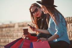 2 девушки идя с покупками на улицах города Стоковые Фото