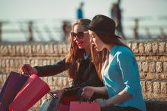 2 девушки идя с покупками на улицах города Стоковое Изображение