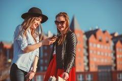 2 девушки идя с покупками на улицах города Стоковая Фотография