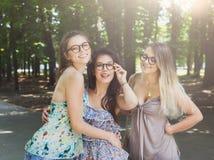 3 девушки красивых молодых boho шикарных стильных идя в парк Стоковое Изображение