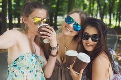 3 девушки красивых молодых boho шикарных стильных идя в парк Стоковая Фотография RF